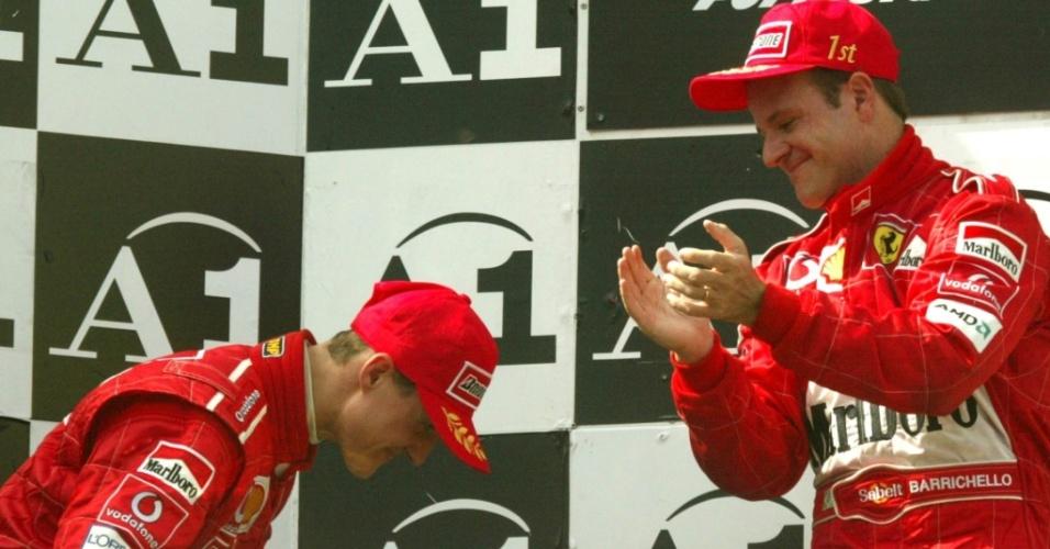 Michael Schumacher faz reverência a Rubens Barrichello no GP da Áustria de 2002