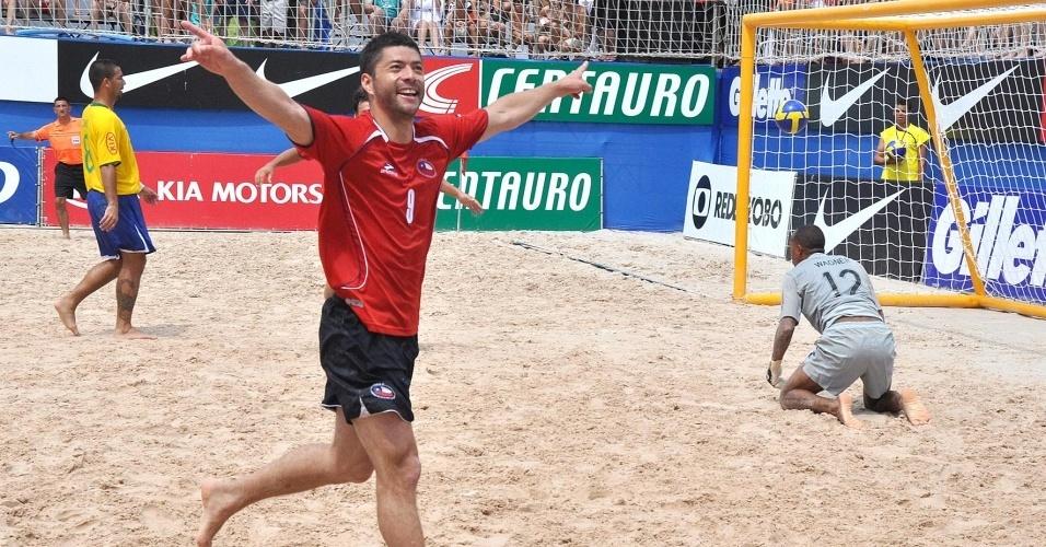 Chileno comemora gol em cima da seleção brasileira pela Copa Latina
