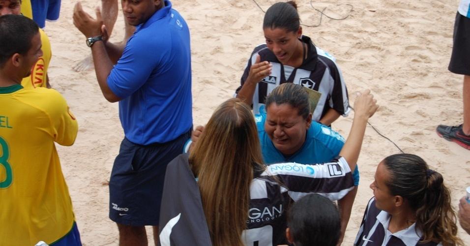 Goleira Christiane chora após título conquistado na Copa do Brasil de Beach Soccer feminino