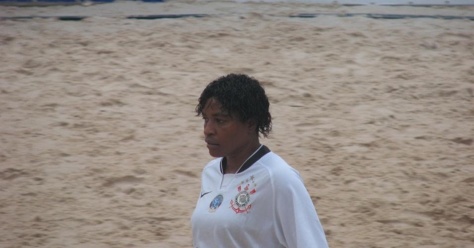 Jogadora do Corinthians, Roseli, em ação durante a Copa do Brasil feminina de Beach Soccer