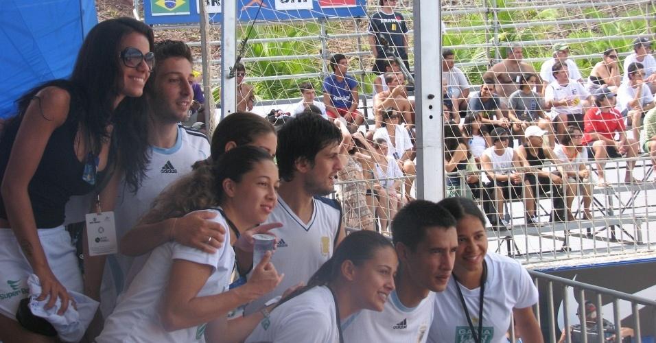 Jogadoras do Gama posam ao lado de atletas da Argentina