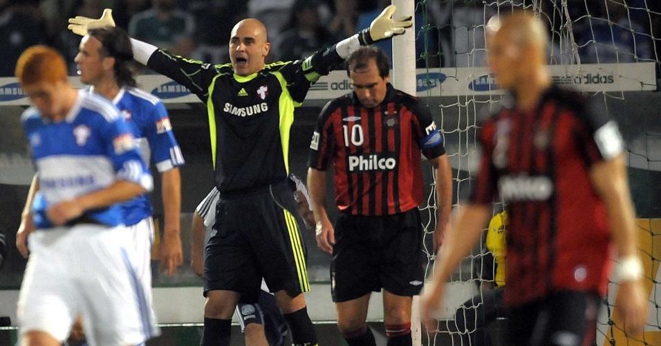 Marcos reclama com jogadores em partida do Palmeiras