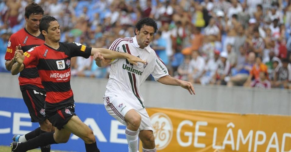 Fred disputa bola com adversários do Vitória