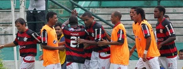 http://e.i.uol.com.br/esporte/futebol/2009/11/29/jogadores-do-flamengo-comemoram-gol-contra-o-corinthians-na-penultima-rodada-do-brasileiro-1259525865200_583x220.jpg