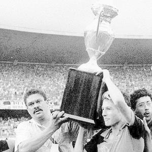 http://e.i.uol.com.br/esporte/futebol/2009/11/30/jogadores-do-flamengo-comemoram-conquista-da-copa-uniao-em-1987-1259628529704_300x300.jpg