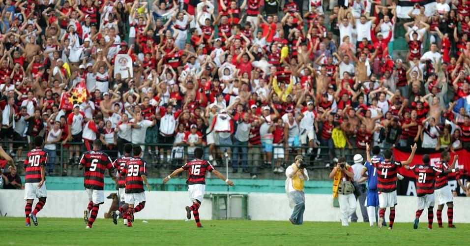 http://e.i.uol.com.br/esporte/futebol/2009/11/30/jogadores-do-flamengo-comemoram-um-dos-gols-na-vitoria-sobre-o-corinthians-1259598757891_956x500.jpg