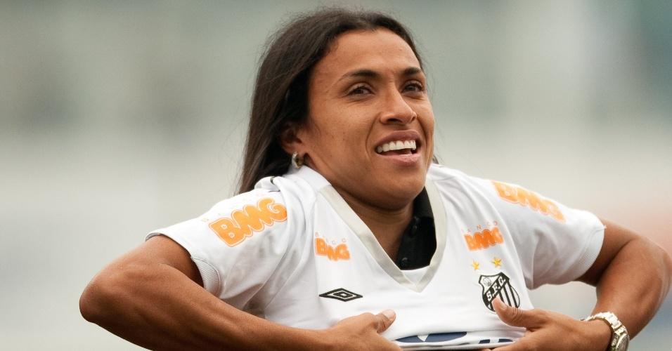 Marta veste a camisa do Santos no futebol feminino