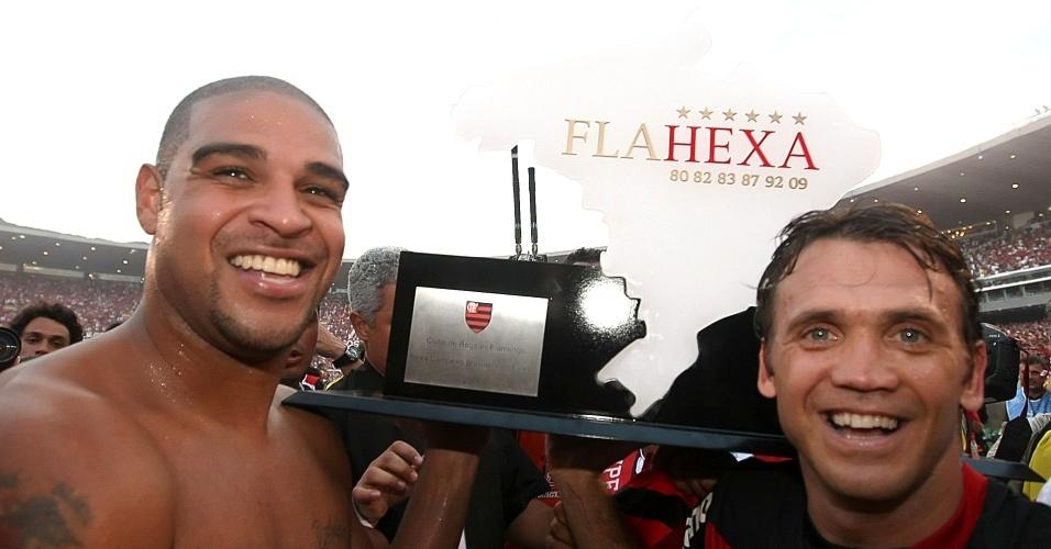 Adriano e Petkovic comemoram o título nacional do Flamengo