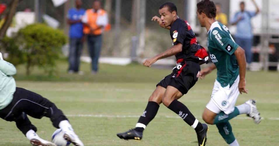 Roger abre o placar para o Vitória no empate com o Goiás