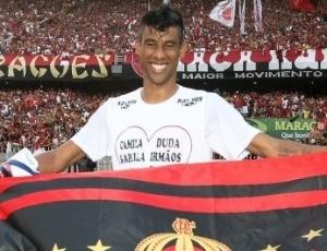 http://e.i.uol.com.br/esporte/futebol/2009/12/07/leo-moura-comemora-titulo-do-brasileirao-segurando-bandeira-do-flamengo-no-maracana-1260220918423_300x230.jpg