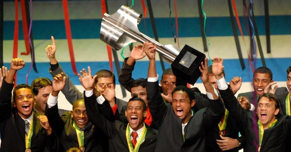 Bruno, do Flamengo, levanta a taça de campeão brasileiro