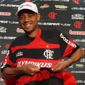 O atacante Gil durante sua apresentação como novo reforço do Flamengo