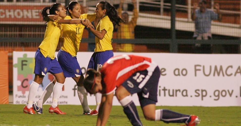 Jogadoras da seleção brasileira comemoram gol na vitória sobre o Chile