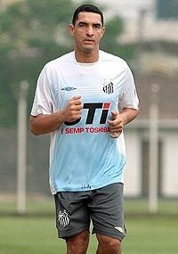 Fábio Costa corre durante treino do Santos