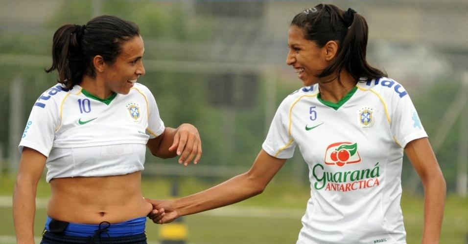 Marta participa de treino descontraído da seleção brasileira