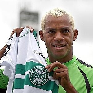 Marcelinho Paraíba exibe camisa do Coritiba