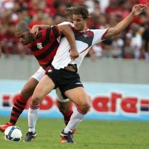 Rafael Moura do Atlético-PR disputa a bola com Adriano do Flamengo