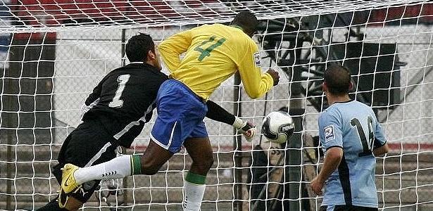 Juan marca na vitória do Brasil sobre o Uruguai por 4 a 0