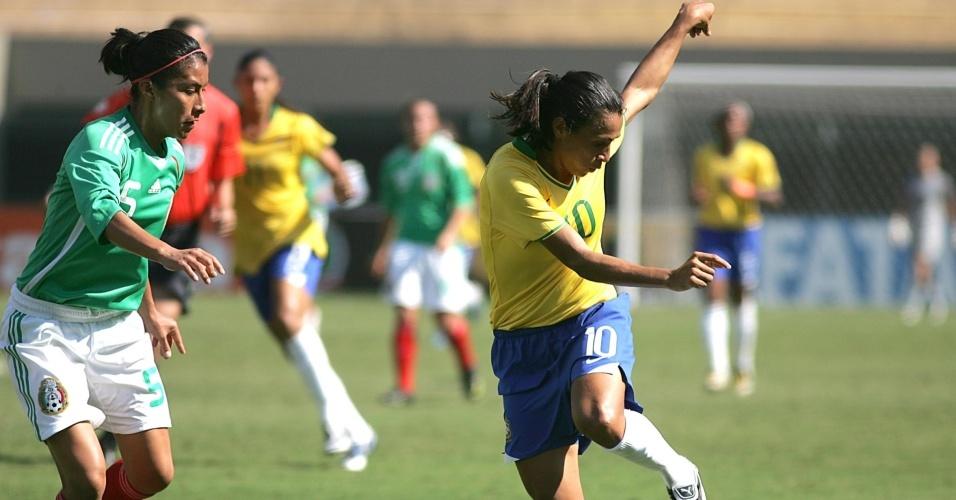 Mexicana Maria Castillo observa o chute cruzado de Marta na final do Torneio Cidade de São Paulo