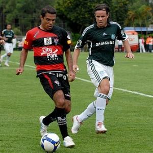 O volante Vanderson do Vitória domina a bola seguido por Marcão do Palmeiras