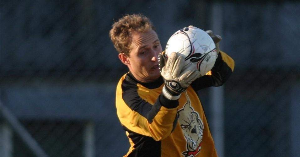 O goleiro Gléguer defende bola durante treinamento