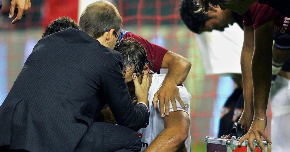 Antonio Puerta, jogador do Sevilla, é atendido após sofrer uma parada cardíaca durante o jogo contra o Getafe; o meia morreu dias depois, em 28/08/2007