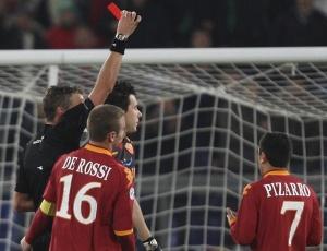 O goleiro brasileiro Doni recebeu cartão vermelho na vitória da Roma contra o Chievo Verona; 1 a 0