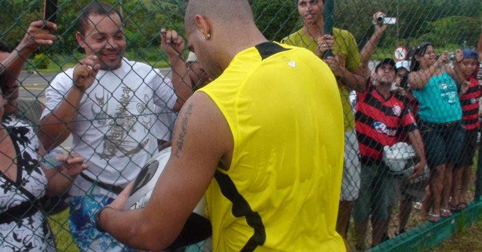 Adriano autogafra capacete para torcedor do Flamengo