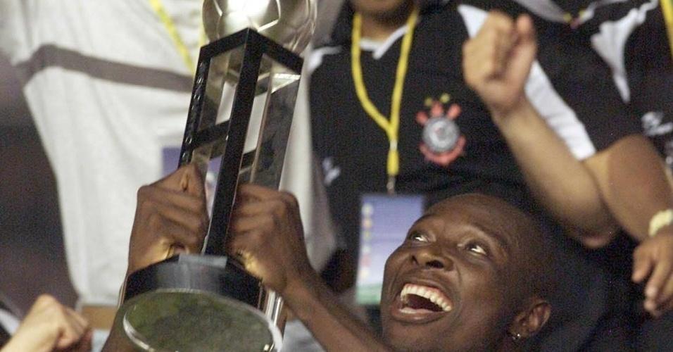 Rincón ergue a taça de campeão Mundial
