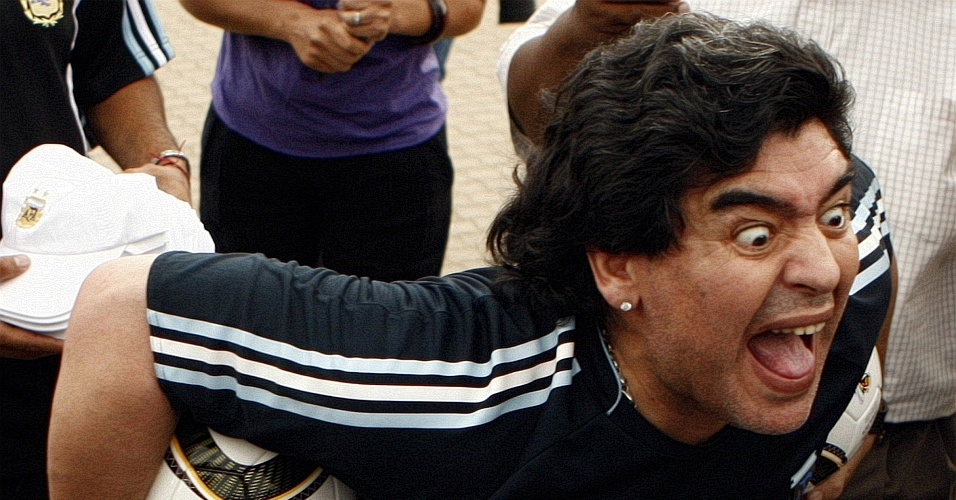 Maradona faz careta durante visita a escola em Pretória