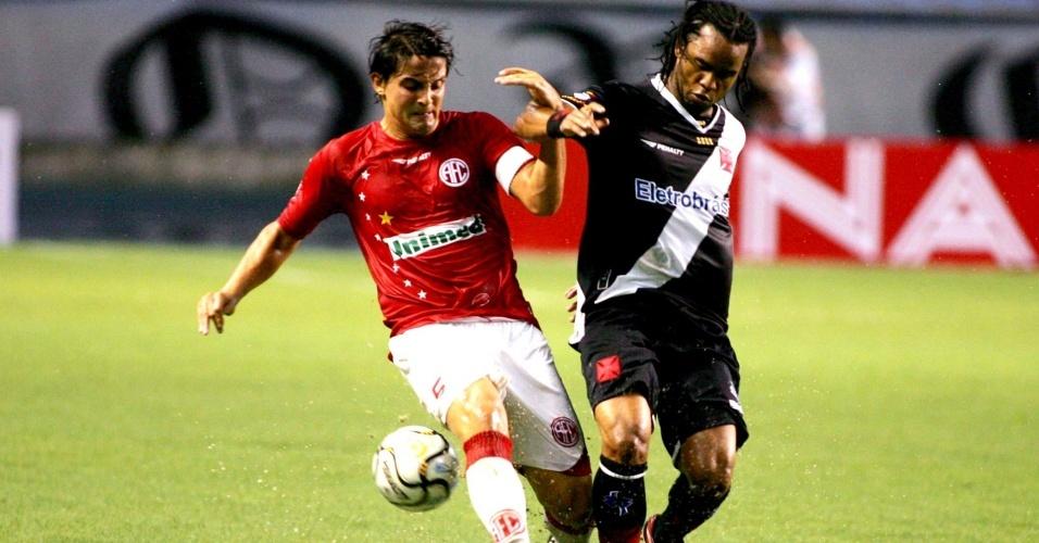 Carlos Alberto (d) marca um dos gols na vitória do Vasco sobre o América-RJ pela 2ª rodada da Taça Guanabara