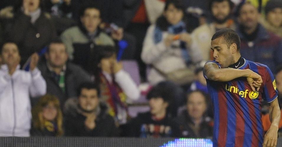 Daniel Alves beija tatuagem no braço após marcar um gol pelo Barcelona