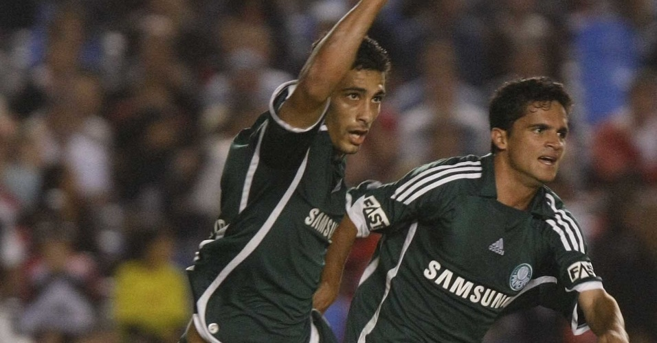 Diego Souza e Deyvid Sacconi comemoram gol do Palmeiras