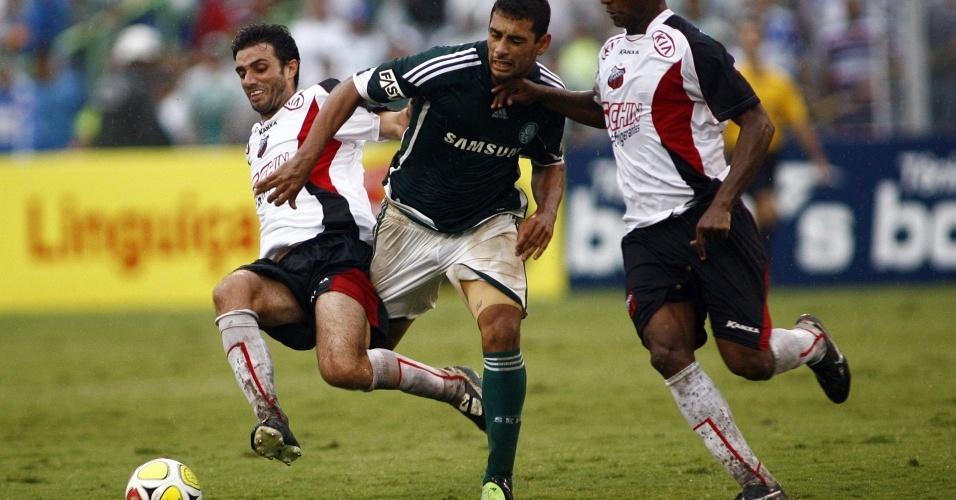 Diego Souza enfrenta marcação no jogo entre Palmeiras e Ituano