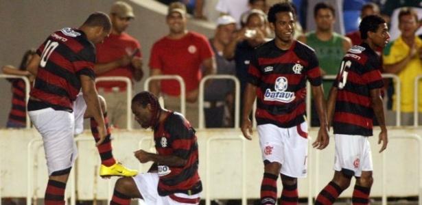 Vagner Love e Adriano comemoram gol do Flamengo contra o Americano