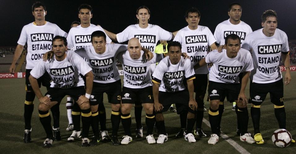 Jogadores da equipe Estudiantes Tecos prestam homenagem a Cabañas antes de jogo pela Libertadores