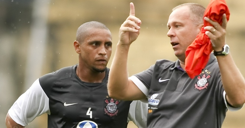 Mano Menezes conversa com Roberto Carlos em treino do Corinthians