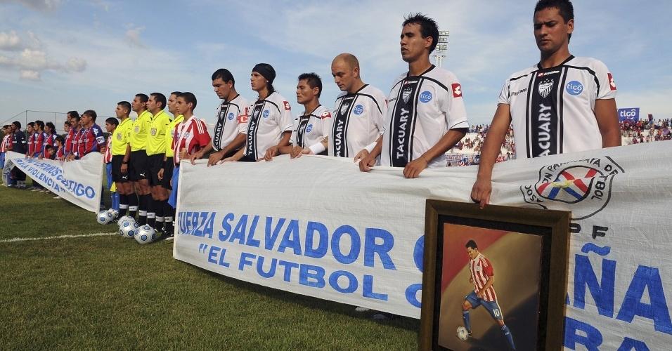 Jogadores de Cerro Porteño e Tacuary homenageiam o atacante Salvador Cabañas antes de jogo