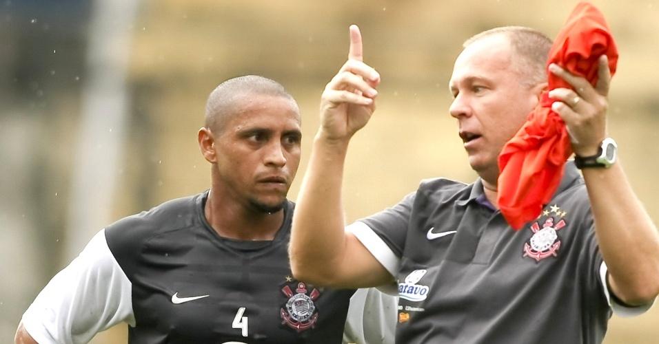 Roberto Carlos e Mano Menezes em treino do Corinthians