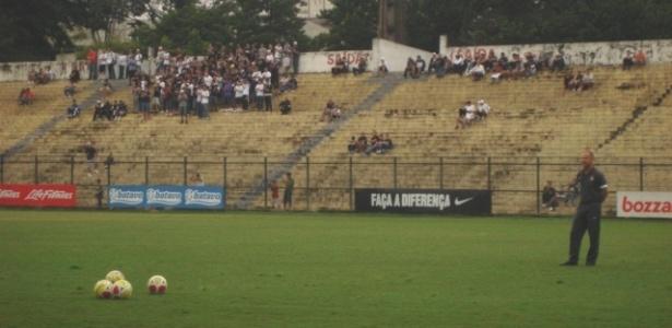 Torcida do Corinthians observa treino antes de clássico com o Palmeiras