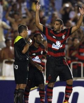 Adriano comemora gol para o Flamengo no clássico contra o Fluminense