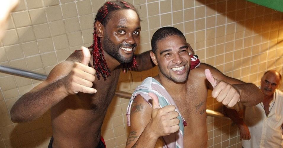 Vagner Love e Adriano comemoram a vitória do Flamengo sobre o Fluminense