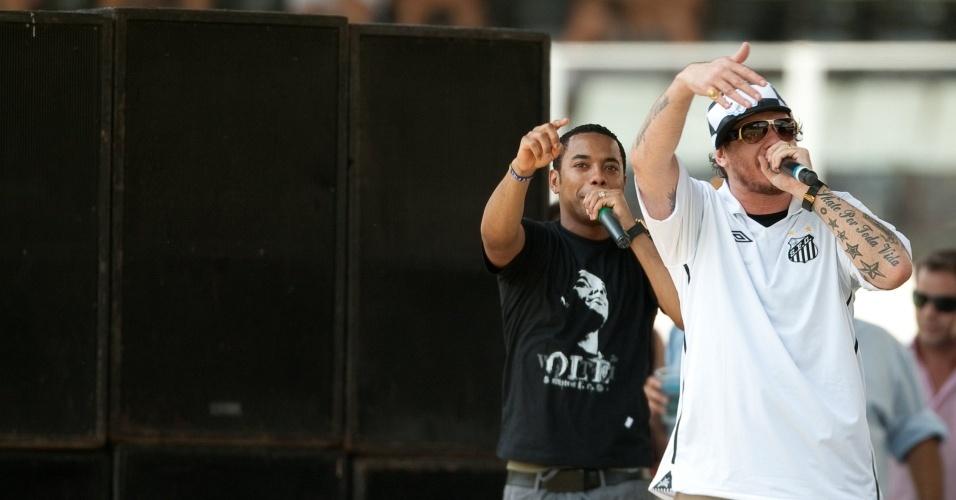 Robinho canta com Chorão durante a festa de apresentação na Vila Belmiro
