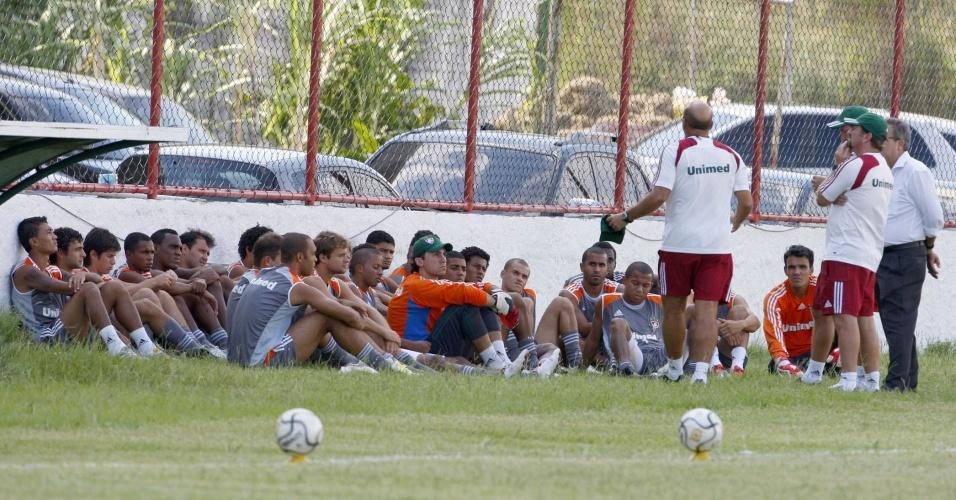 Cuca reunido com os jogadores antes do treinamento