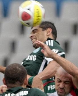 Diego Souza disputa bola com jogadores da Portuguesa no empate do Palmeiras no Paulistão