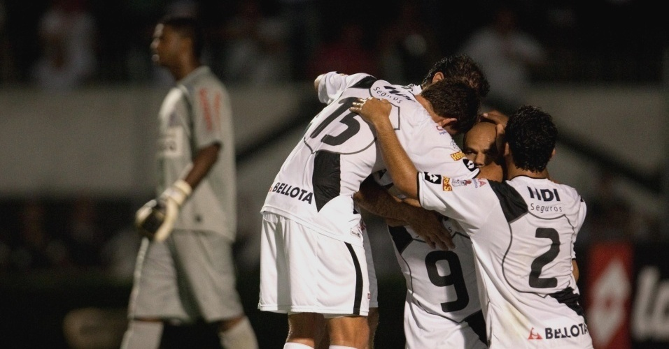 Jogadores da Ponte comemoram gol na vitria sobre o Corinthians