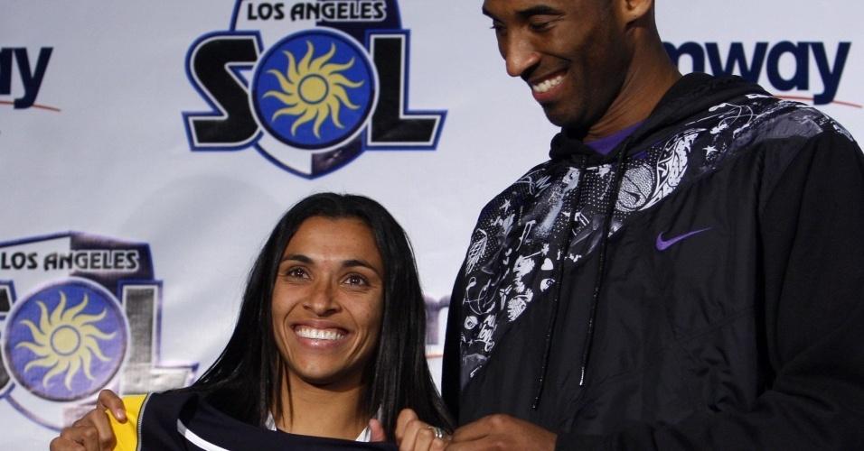Marta posa com o astro da NBA Kobe Bryant, dos Lakers, durante sua apresentação ao Los Angeles Sol em março de 209