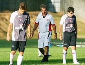 Ricardo Silva, técnico do Vitória, passa instruções para seus comandados