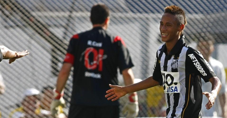 Com uma paradinha, Neymar desloca Rogério Ceni e abre o placar no clássico