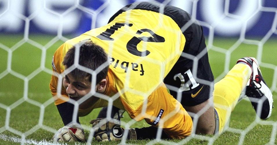 Fabianski, goleiro do Arsenal, leva frango no jogo contra o Porto na Liga dos Campeões